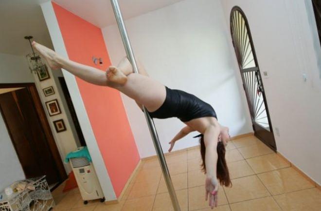 3505e094d0330 Maria Luiza arrasta os móveis e pratica o pole dance na sala de casa    Roberto