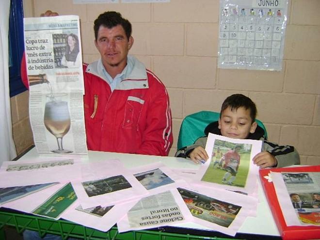 Os alunos Mateus Freitas, da Educação de Jovens e Adultos, e Gustavo de Araújo, da educação infantil, aprendem juntos e se alfabetizam com a Gazeta do Povo | Divulgação