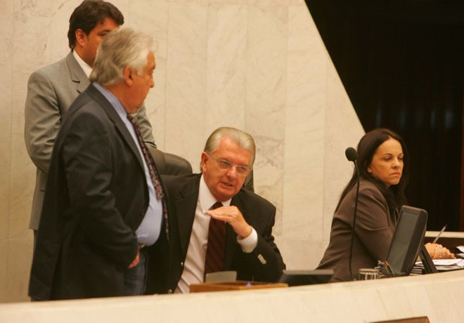Nelson Justus (ao centro), na mesa do plenário da Assembleia: maioria dos deputados evita comentar as denúncias | Ivonaldo Alexandre / Gazeta do Povo