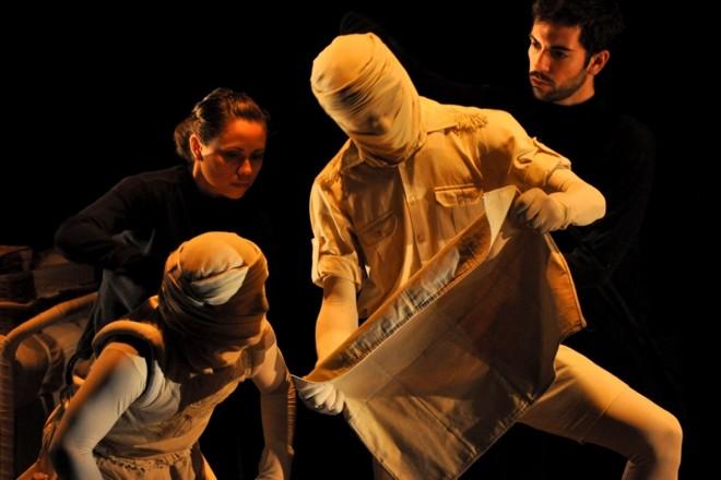 O Cantil, da companhia cearense Teatro Máquina: atores manipulam atores como se fossem bonecos inanimados | Jonathan Heckler/PMPA