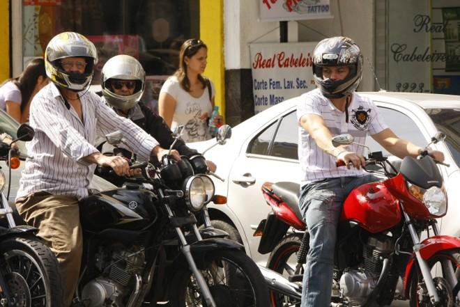 Capacete: se lei for aprovada, falta de placa pode causar multa de R$ 500. | Hugo Harada/Gazeta do Povo