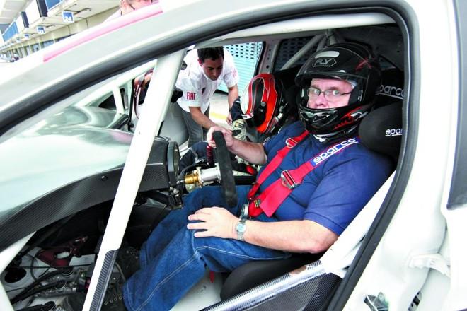 Antônio Massa dentro de um carro da categoria Linea do Racing Festival: competição para ajudar na formação de novos pilotos | Valterci Santos/ Gazeta do Povo