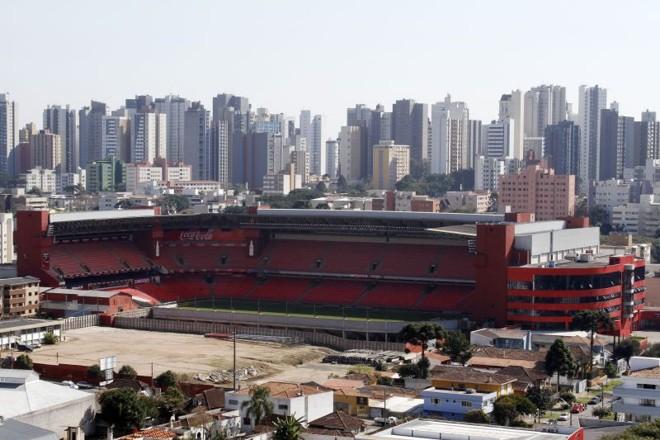 Vista da Arena da Baixada pela Rua Brasílio Itiberê, onde a primeira etapa das obras já atende parte das exigências da Fifa | Daniel Derevecki / Gazeta do Povo