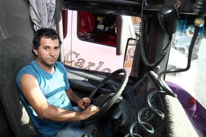 O caminhoneiro Valdir não vai ao médico porque diz não ter problema de saúde, mas na estrada se automedica | Henry Milleo/Gazeta do Povo
