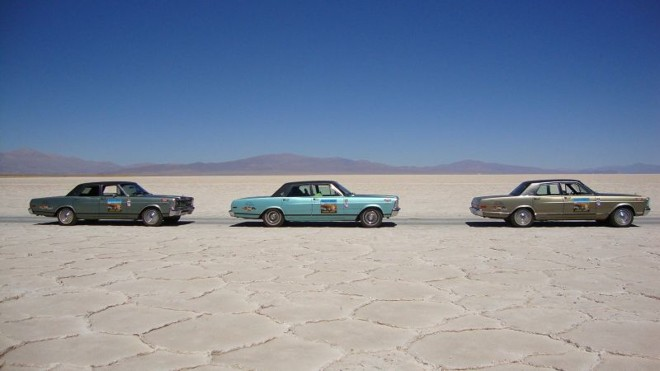 Os intrépidos Galaxões compõem a paisagem do exótico deserto de sal, na Argentina. Da esquerda para a direita: Landau 1982 cinza granito, LTD 1979 turquesa viena e Landau 1982 verde astor | Divulgação/Amigos do Galaxie