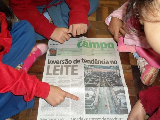 Com a reportagem, alunos de alfabetização da Escola Municipal Antonio José de Carvalho aprendem sobre o leite |