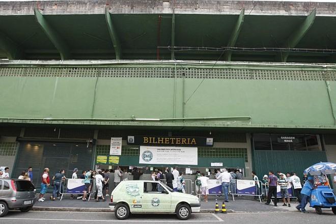 Fila no Couto Pereira para a aquisição de ingressos: materiais de torcidas organizadas seguem vetados no estádio do Coritiba | Daniel Castellano / Agência de Notícias Gazeta do Povo