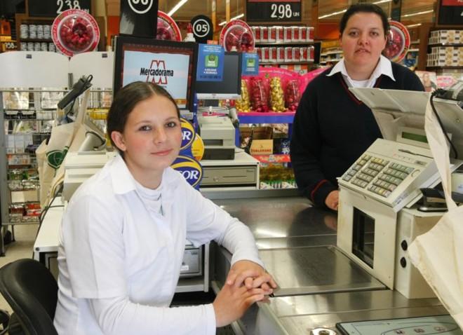 Francieli (de branco) e Ereni foram contratadas rapidamente por um supermercado | Marcelo Elias/ Gazeta do Povo