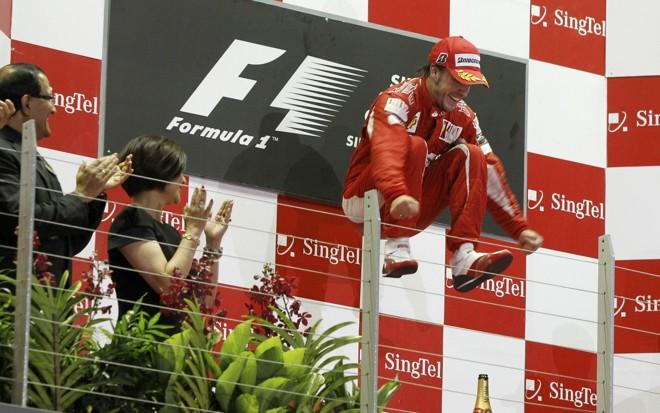 Piloto espanhol Fernando Alonso comemora vitória no GP de Fórmula 1 em Cingapura. | REUTERS/Vivek Prakash