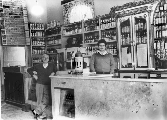 O bar do Parque Cruzeiro, algum tempo antes de ser desativado. Atrás do balcão está Luiz Kundy, neto do velho Germano. Recostado aparece Boleslau Mareck, o Boles, o garçom mais conhecido da freguesia |