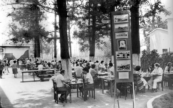 As mesas do bosque da Churrascaria Cruzeiro ficavam lotadas nos domingos de bom tempo. Gerações de curitibanos ali se deliciaram com suas famílias e amigos |