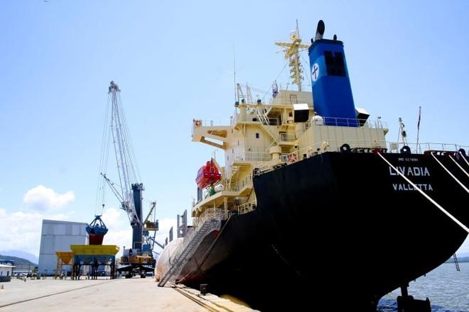Navio russo de fertilizantes foi o primeiro a usar o novo equipamento | Bianca Garmatter/Gazeta do Povo
