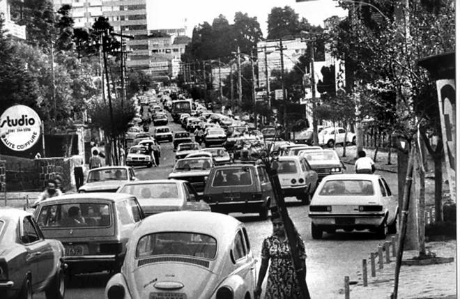 A imagem nos mostra o movimento de automóveis atravancando a Avenida do Batel, numa tarde de domingo. Tal fato acontecia após o fechamento da Rua XV, que eliminou a circulação de veículos por aquela via |