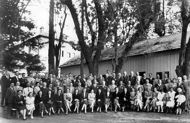 Grupo formado de participantes de uma churrascada na Cruzeiro, ao lado do barracão onde funcionava o refeitório, em 17 de abril de 1951. Infelizmente, não tenho a informação de onde seria tal grupo de pessoas |