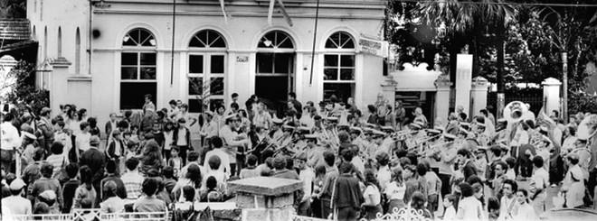A banda anima a festa na Avenida do Batel, num dos domingos em que a rua era fechada para eventos destinados ao público, principalmente o infantil |
