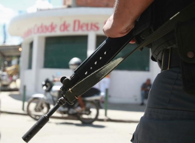 Alguns moradores da Cidade de Deus ainda enxergam os policiais como inimigos: conquistar a comunidade requer paciência e diplomacia | Severino Silva/Ag. O Dia