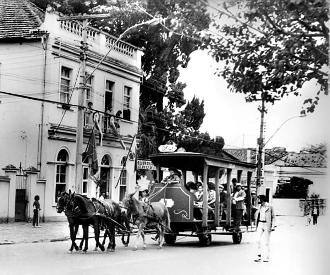 Numa tentativa de rememorar o passado, quando por ali transitavam os bondes de mulas, vemos um veículo imitando os que existiram. A foto é do dia do aniversário da cidade no início dos anos oitenta |