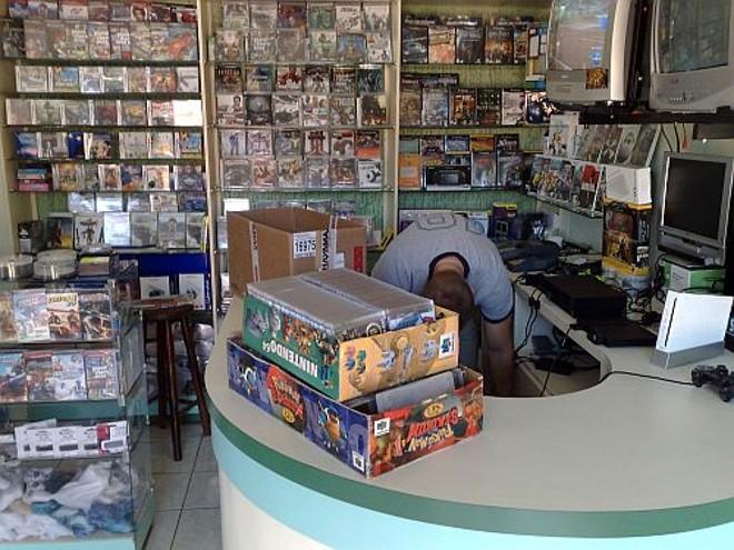 Na casa, foram encontrados mais de três mil cópias piratas, entre CDs e DVDs | Felippe Aníbal/ Gazeta do Povo