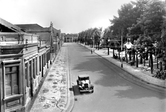 Fotografia feita da Praça Osório, lado sul. A imagem foi gravada do primeiro andar do Edifício Garcez e mostra o que era o movimento do centro da cidade numa tarde de domingo em 1930  