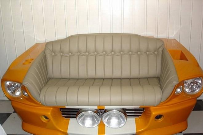 Sofá em fibra de vidro inspirado na frente do Mustang | Divulgação