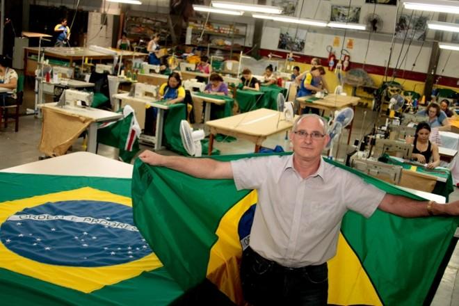 """""""Cada bandeira tem um padrão definido em legislação específica. O Exército pode até fechar a fábrica se fizermos as bandeiras fora dos padrões."""" Sérgio Tomasseto, proprietário da Bandvel   César Machado/Vale Press"""