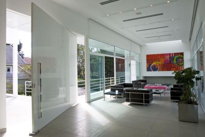 A estrutura metálica interna dá sustentação para a grande porta projetada por Marcos Bertoldi |