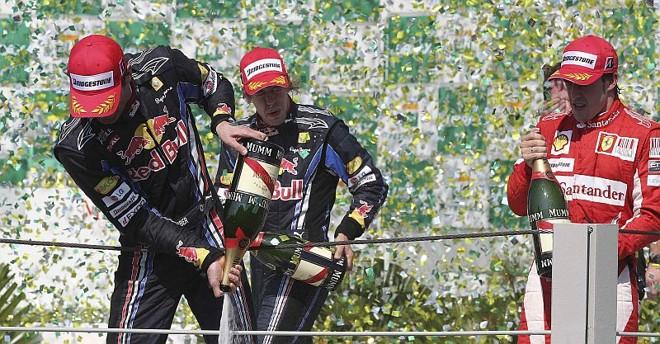 Vettel (ao centro) ganha força no campeonayo, mas a vantagem é ainda de Alonso (de vermelho) | Paulo Withaker/Reuters