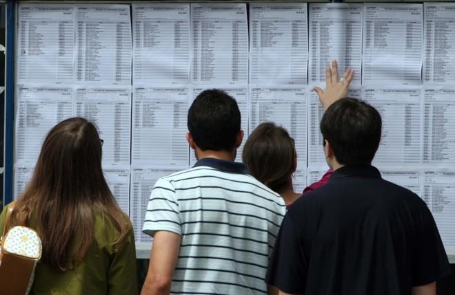 Candidatos a uma vaga pública checam resultado de concurso: tribunais regionais e federais devem contratar 5 mil em 2011 | Hedeson Alves/Gazeta do Povo