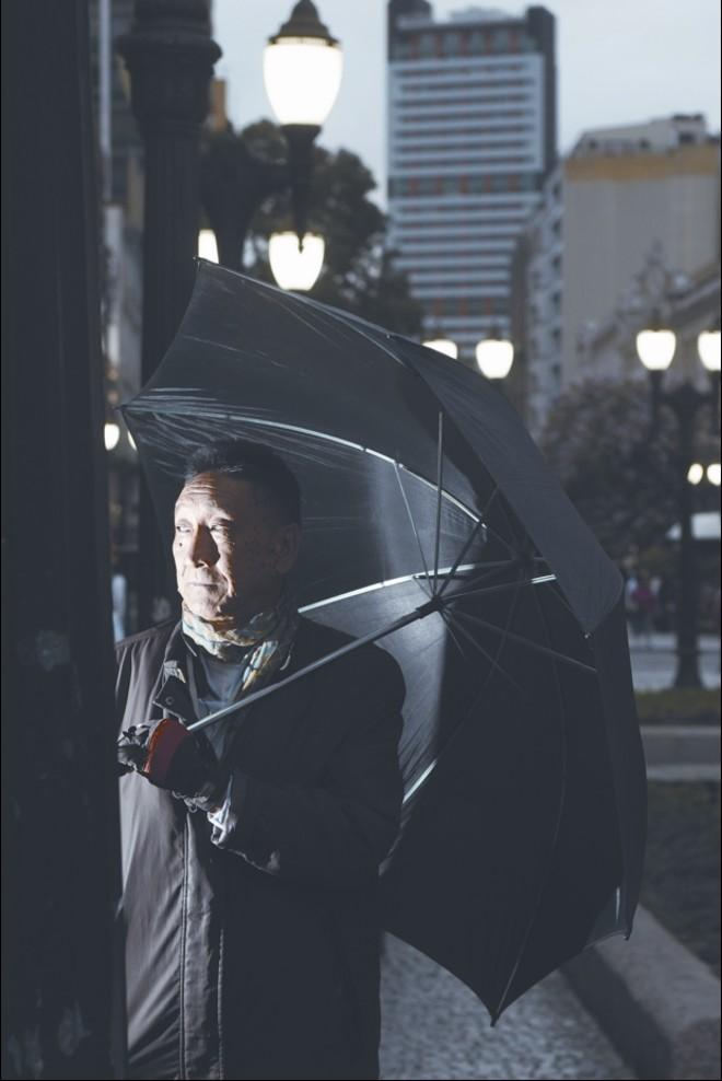 Oswaldo Iwamoto na Rua XV de Novembro, em Curitiba: depois da fama, o anonimato |