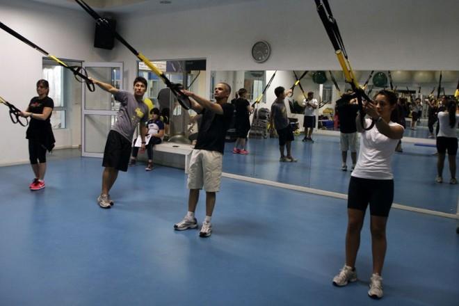 Na TRX, a atividade combina o peso corporal do praticante e a angulação do corpo: liberdade para aumentar o ângulo de abertura dos braços | Walter Alves/Gazeta do Povo