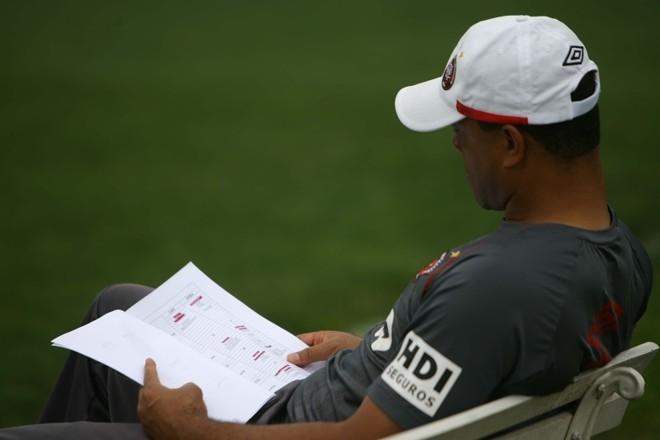 Sérgio Soares olha a tabela dos adversários antes de encarar o Flamengo |