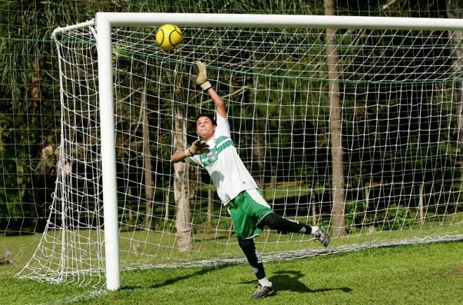 O goleiro mirim Vinícius, de 14 anos, usa prótese nas pernas para defender o gol de uma escolinha ligada ao Coritiba | Antonio More/ Gazeta do Povo