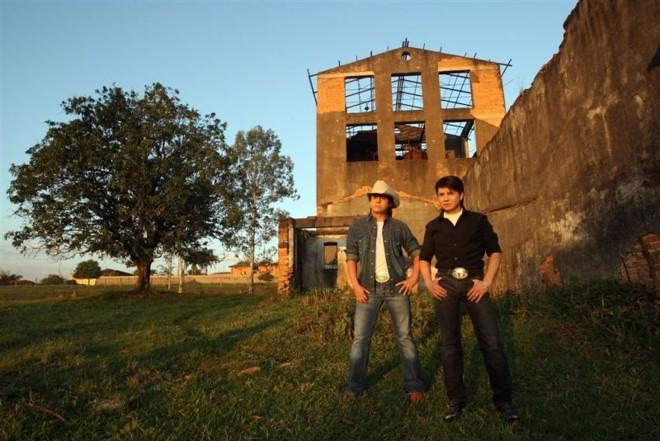 Chitãozinho e Xororó, nascidos na cidade paranaense de Astorga, festejam quatro décadas de sucesso em grande estilo   Divulgação