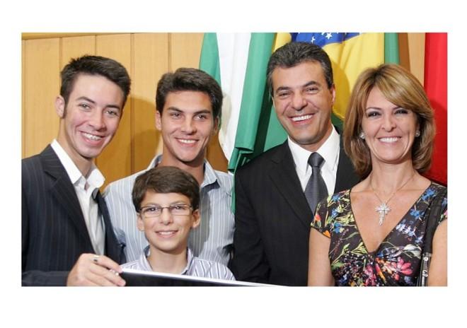 Família Richa, da esq. para a dir: os filhos André, Marcello (novo secretário municipal) e Rodrigo (de óculos), com os pais Beto e Fernanda (nova secretária estadual) | Divulgação