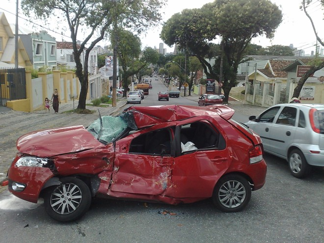 Veículo que teria cruzado a frente do ônibus ficou bastante danificado e a motorista foi levada para o hospital com ferimentos graves na cabeça | Heliberton Cesca / Gazeta do Povo