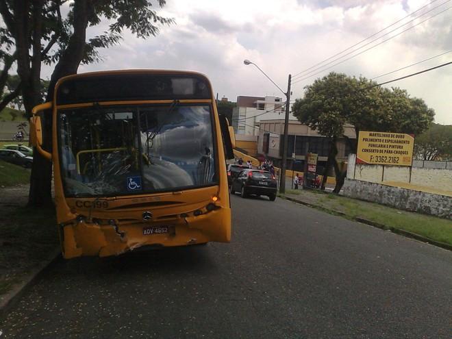 Ônibus bateu de frente na lateral do carro |