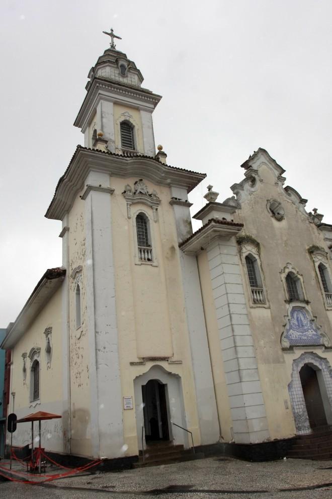 Igreja do Rosário está com pintura descascando e paredes pichadas. Detalhe do beiral danificado | Walter Alves/Gazeta do Povo