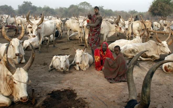 """Membros da tribo Mundari, do sul do Sudão: ao que tudo indica, região irá se separar do resto do país em julho. Seu nome deverá ser """"Sudão do Sul"""" ou """"Kush""""   Goran Tomasevic/Reuters"""