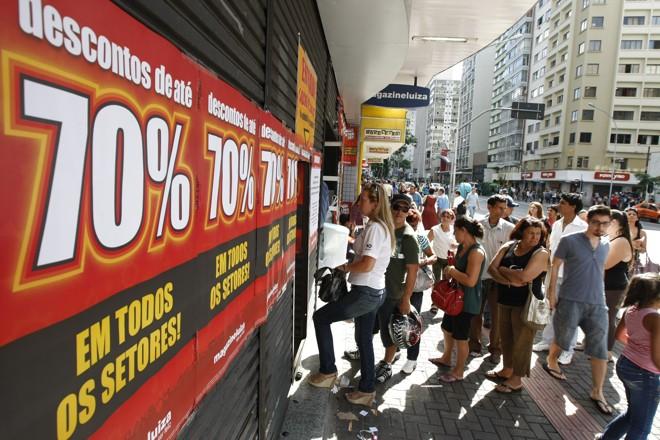 Lojas fazem as tradicionais liquidações de começo de ano. Consumidores enfrentaram filas para aproveitar os descontos de até 70% | Daniel Castellano/Agência de Notícias da Gazeta do Povo