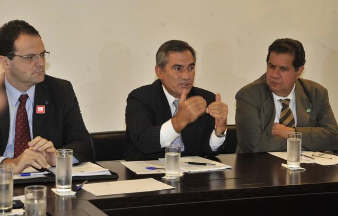 Gilberto Carvalho(centro): regra para o salário mínimo deve garantir reajuste de 6,7% neste ano e de 12,5% em 2012. | José Cruz / ABR