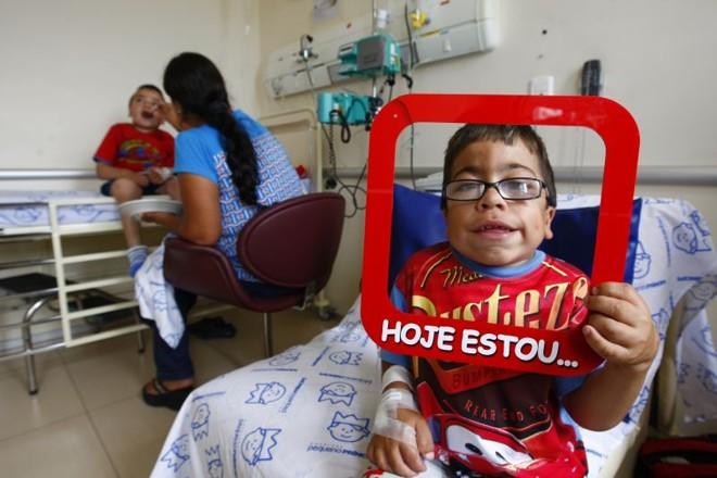 Wesley e Gabriel (atrás): dificuldade para conseguir medicamentos pelo SUS | Daniel Castellano / Gazeta do Povo