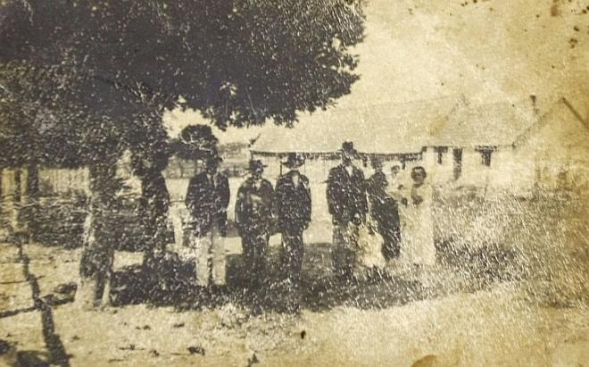 Uma das raras fotos da Colônia Cecília, experiência anarquista idealizada no século 19, no interior do Paraná, pelo italiano Giovanni Rossi (no detalhe) | Fotos: Reprodução