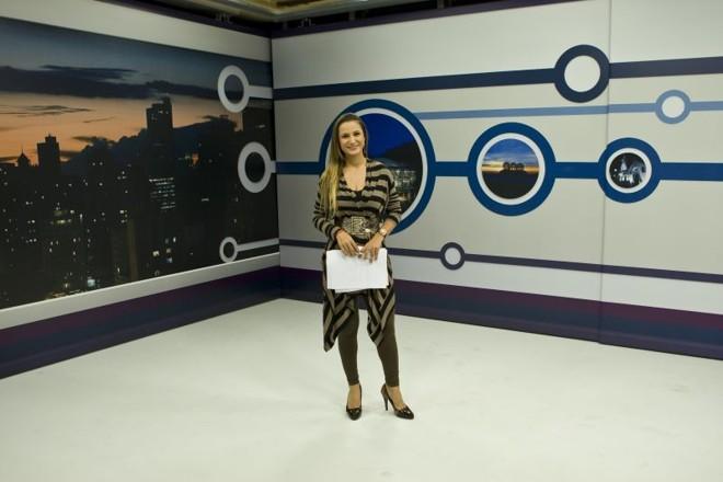 A apresentadora Cibele Fontanela no estúdio da Revista Curitiba: olhar panorâmico sobre tudo o que rola na capital  