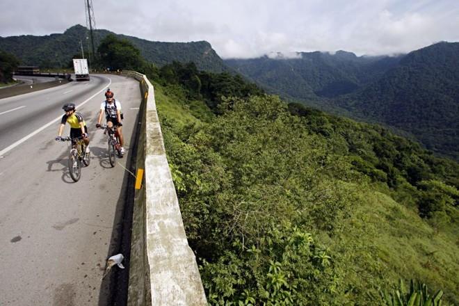 Jairo Roberto da Silva (de branco) e Thiago Couto (de amarelo) fazem percursos de bicicleta na Serra do Mar: limites superados | Priscila Foroni/Gazeta do Povo