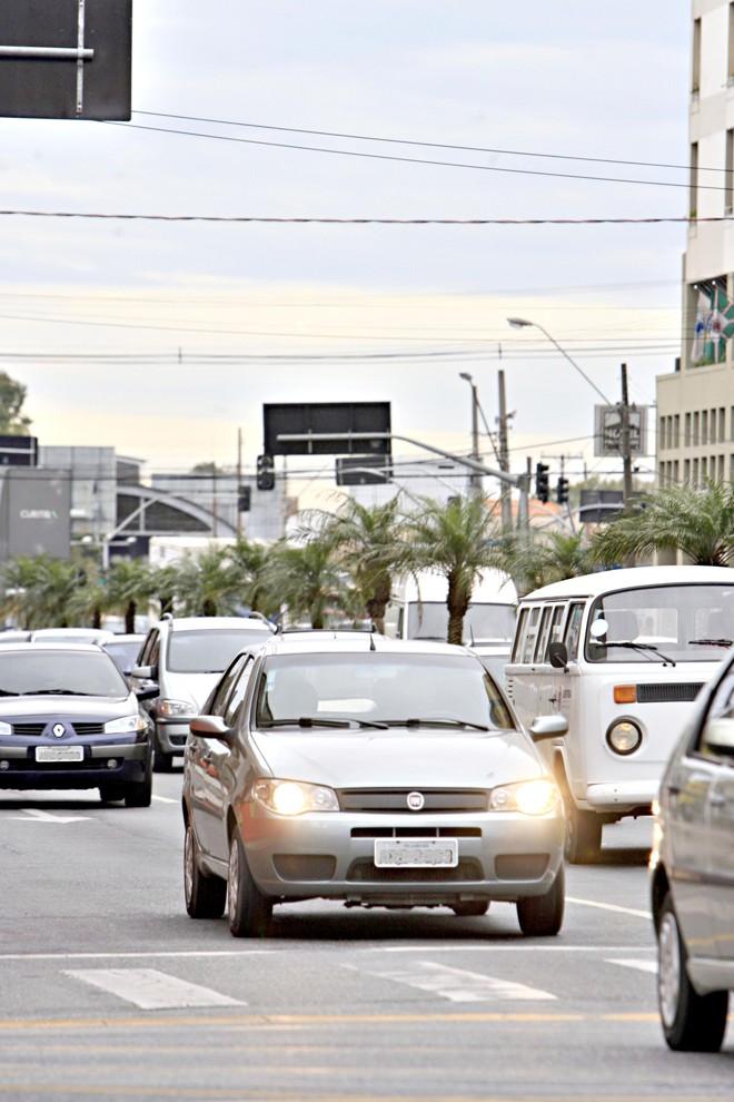 O Conselho Nacional de Trânsito recomenda o uso de faróis durante o dia, mas prática não é obrigatória | Priscila Forone/ Gazeta do Povo