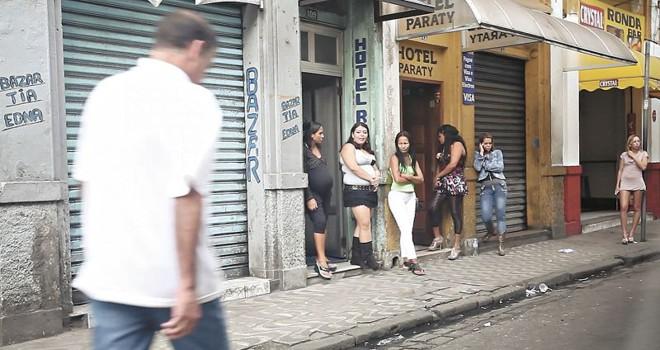 Oferta de sexo à luz do dia na Avenida Senador Feijó, em Santos   Jonathan Campos