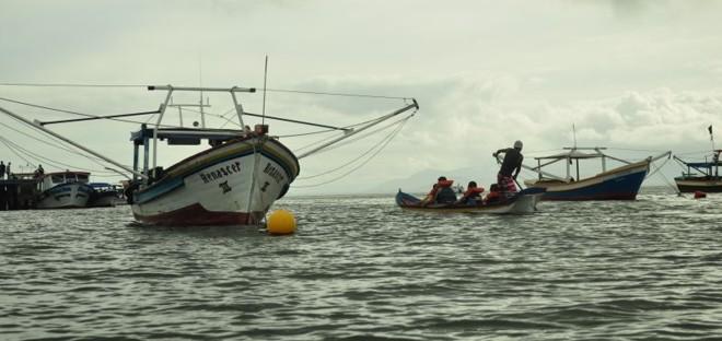Enfrentar o mar como os pescadores, a bordo de uma canoa de um pau só, é uma das atividades oferecidas pelo turismo caiçara | Carolina Gabardo Belo/Gazeta do Povo