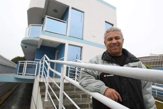 O construtor José Antônio Luciano, dono de quatro salas e um barracão, vai construir um prédio comercial de três pavimentos para alugar   Daniel Castellano/ Gazeta do Povo