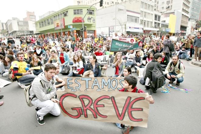 Alunos, professores e servidores se manifestaram ontem, no centro de Curitiba, contra o fim da paralisação na UFPR | Antonio More/Gazeta do Povo