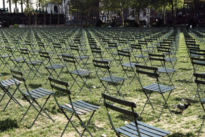 2.753 cadeiras vazias foram colocadas em Bryant Park, em Nova York, para homenagear as vítimas do World Trade Center | REUTERS/Hugh Gentry